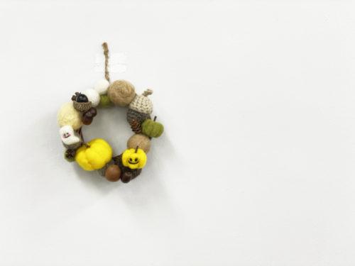 羊毛フェルトと木の実で飾り付け♪ハロウィンのナチュラルリースの作り方