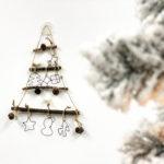 オーナメントはお子さん任せ♪枝で作る簡単な壁掛けクリスマスツリーの作り方