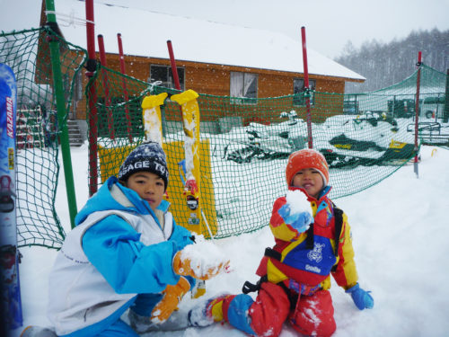 東海近郊のキッズパークのあるスキー場・ファミリーで雪遊びを楽しむ
